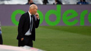 Zidane, pensativo en el partido ante el Cádiz. (AFP)