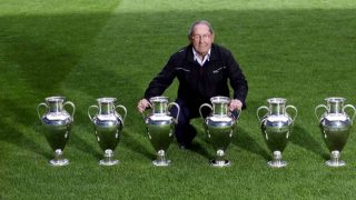 Paco Gento posa con sus seis Copas de Europa. (@MichelGonzalez)