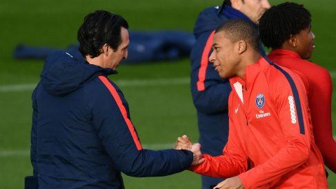 Unai Emery saluda a Mbappé en un entrenamiento del PSG. (AFP)