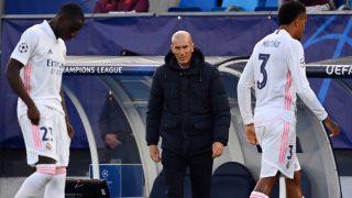 Mendy y Militao, cabizbajos ante la mirada de Zidane en el Real Madrid-Shakhtar Donetsk. (AFP)