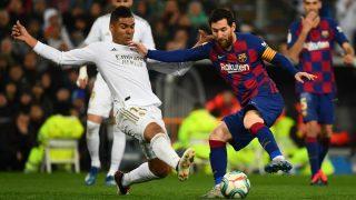 Casemiro y Messi en la pugna por un balón en el último Clásico (AFP).