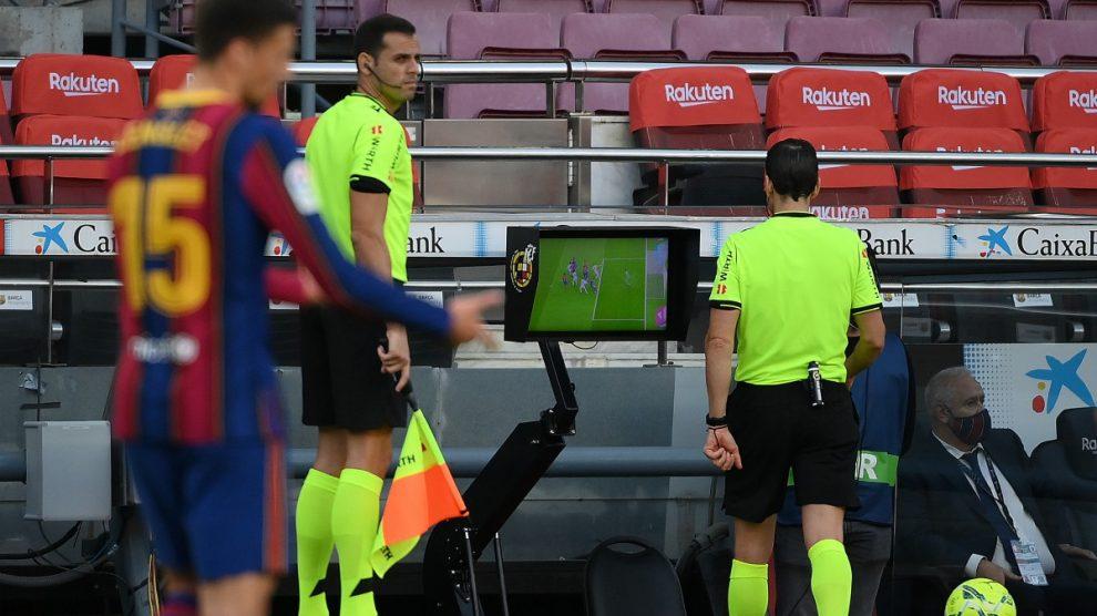 Martínez Munuera revisa la acción del penalti. (AFP)
