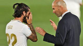 Zidane da instrucciones a Isco en un partido. (AFP)