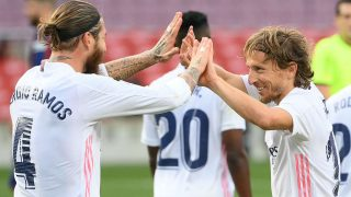 Sergio Ramos y Modric celebran el 1-3 del Real Madrid en el Camp Nou. (AFP)