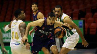 Abalde se zafa de dos rivales del Betis. (Photo ACB)