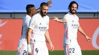 Karim Benzema celebra junto a Isco y Vinicius su último gol ante el Huesca (AFP).