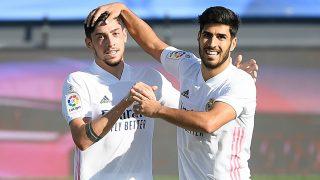 Valverde y Asensio celebran el gol del uruguayo en el Real Madrid-Huesca. (AFP)