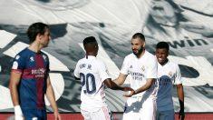 Vinicius y Benzema se abrazan después del segundo gol del francés ante el Huesca. (EFE)