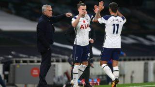 Gareth Bale entra al campo contra el Brighton ante la mirada de Mourinho. (Getty)