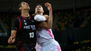Abalde y Dos Anjos pelean por un rebote. (ACB Photo)