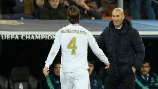 Sergio Ramos y Zinedine Zidane se saludan en un partido. (AFP)