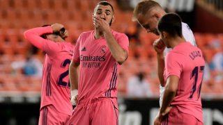 Benzema se lamenta en Mestalla. (AFP)