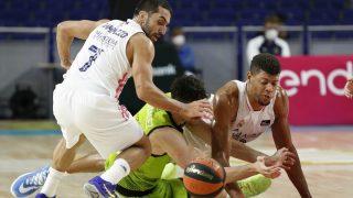 Campazzo y Tavares pelean por un balón. (ACB Photo)