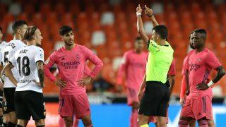 Gil Manzano y el VAR fueron protagonistas en el Valencia-Real Madrid. (Getty)