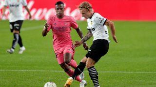 Vinicius intenta robarle el balón a Wass durante el Valencia – Real Madrid.