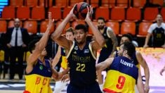 Tavares pelea por un balón con dos jugadores de Andorra. (ACB Photo)