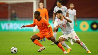 Asensio persigue a Wijnaldum en el partido. (AFP)
