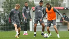 Benzema controla la pelota ante Casemiro. (realmadrid.com)