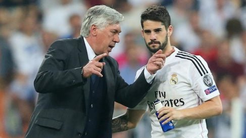 Carlo Ancelotti da instrucciones a Isco en un partido con el Real Madrid. (Getty)