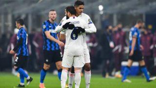 Varane abraza a Nacho tras la victoria ante el Inter. (Getty)