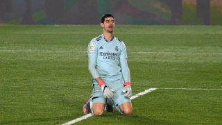Courtois se lamenta durante el Real Madrid – Alavés. (AFP)