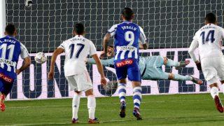 Lucas Pérez bate a Courtois desde el punto de penalti. (EFE)