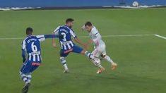 La imagen del claro penalti a Hazard.