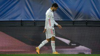 Eden Hazard se retira lesionado del partido contra el Alavés (EFE).