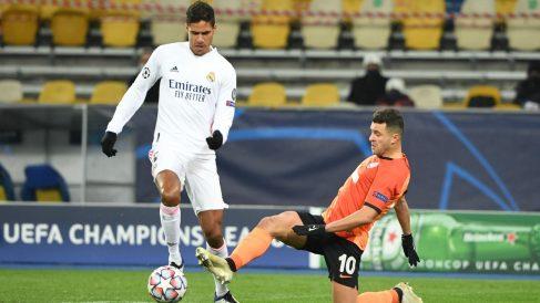 Varane, durante un partido ante el Shakhtar Donetsk. (AFP)