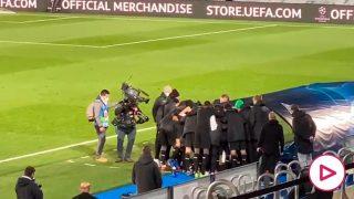 Así vivieron los jugadores del Borussia Mönchengladbach su pase a los octavos de final de la Champions League.
