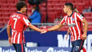 Joao Félix y Luis Suárez durante un partido con el Atlético. (AFP)