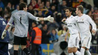 Casillas, junto a Raúl y Beckham, durante un partido del Real Madrid (AFP)
