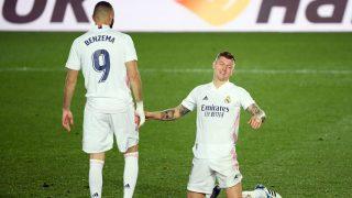 Kroos y Benzema durante el derbi. (AFP)