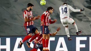 Casemiro cabecea en el Real Madrid-Atlético. (EFE)
