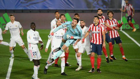 Courtois, durante el derbi de la Liga (AFP)
