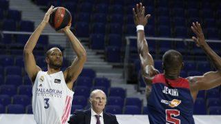 Randolph lanza a canasta ante Baskonia. (ACB)