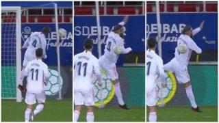 Sergio Ramos tiene la mano en posición natural después del salto.