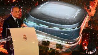 Florentino, en un acto con el nuevo Bernabéu de fondo. (Getty)