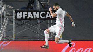 Karim Benzema celebra su gol ante el Granada (AFP).