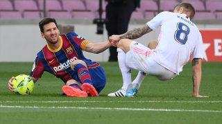 Messi y Kroos, durante el último Clásico de la Liga (AFP)