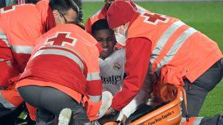 Rodrygo Goes es atendido durante el partido ante el Granada (AFP).