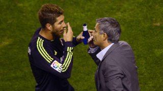 Sergio Ramos y José Mourinho conversan en el césped en un partido de 2012.