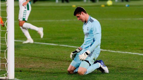 Courtois se lamenta tras recibir un gol. (EFE)