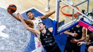 Tavares le arrebata un rebote a Shermadini. (ACB Photo)