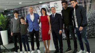 Zidane, junto a Florentino Pérez y su familia el día de su presentación. (Getty)