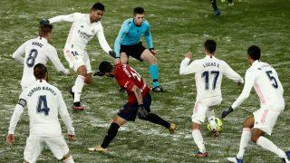 Los jugadores del Real Madrid pugnan por un balón en el partido ante Osasuna. (Getty)