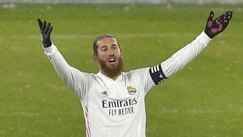 Sergio Ramos protesta en una acción contra Osasuna. (AFP)