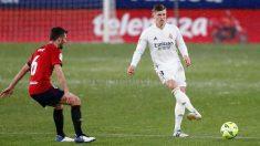 Toni Kroos realiza un pase ante la atenta mirada de Oier. (realmadrid.com)