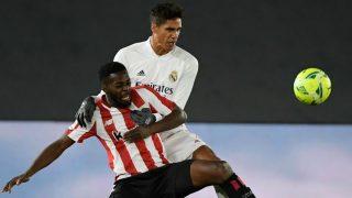 Varane disputa un balón con Iñaki Williams. (AFP)