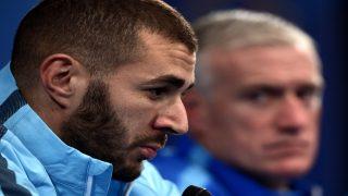 Didier Deschamps mira a Karim Benzema durante una rueda de prensa. (AFP)